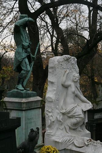 2009-11-21-PARIS-PereLachaiseCemeterie24-soldier-trio1