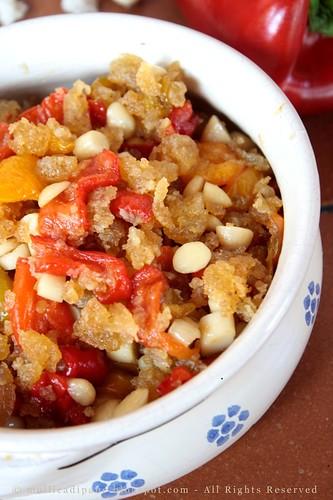 Peperoni fritti con mollica di pane e mandorle in agrodolce.