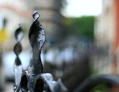 i found another nejire-ing fence :-)) (_nejire_) Tags: england london fence bokeh f16 2pm carlzeiss 30faves 10faves 25faves nejire canoneos400d fave10 planart50mm fave30 mhashi fave25 carlzeissplanart1450ze nejireingfence