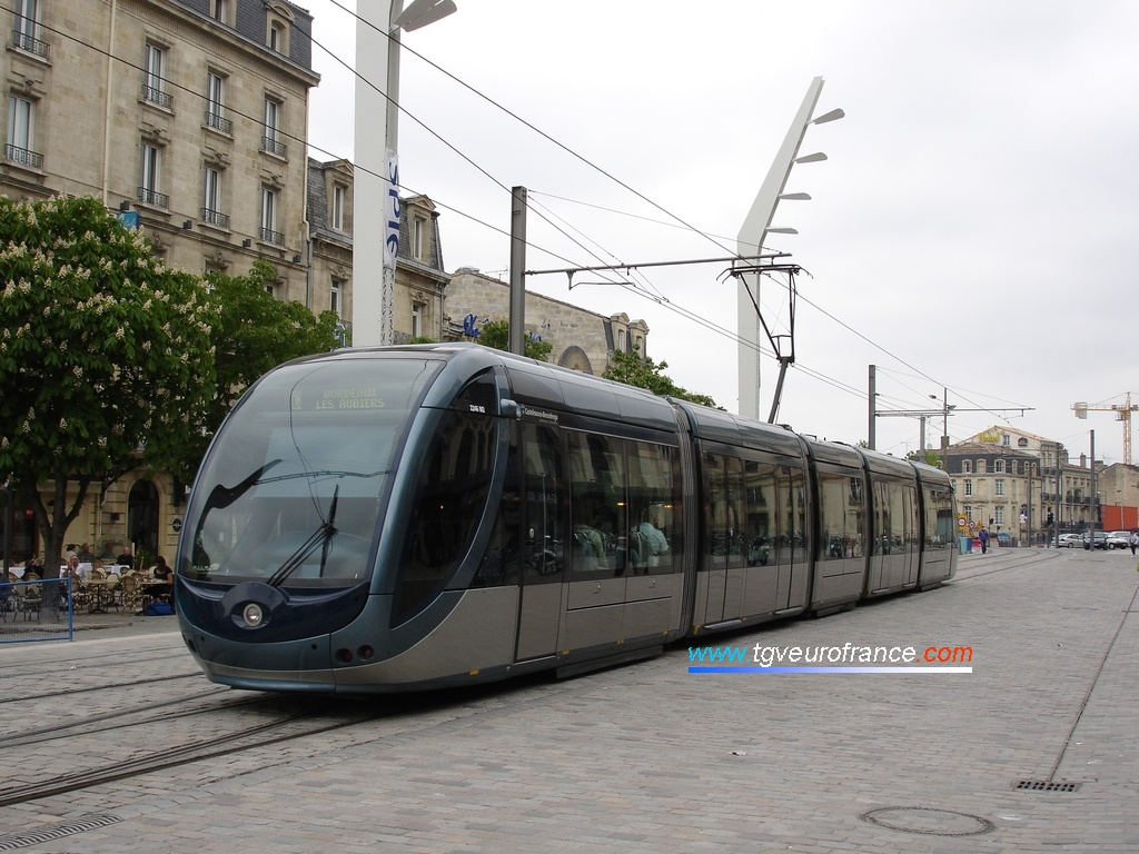 Une rame de tram Citadis 302 Alstom articulée avec plancher plat