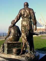 "Liverpool's ""Emigrants"" statue (* RICHARD M (Over 6 million views)) Tags: america liverpool cities statues ports sculptures pierhead albertdock memorials mormons merseyside capitalofculture rivermersey waterfronts theemigrants"