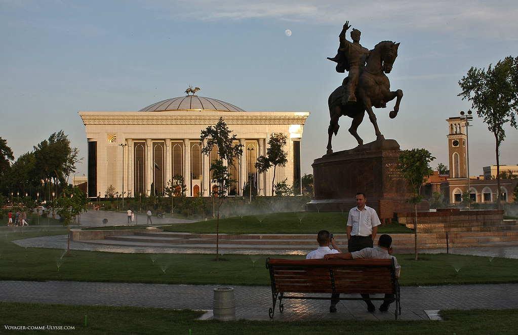 Statue équestre de Tamerlan devant le Palais des Congrès sur la place Amir Timur
