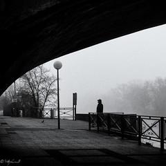 Waiting (steb751) Tags: marne paris brouillard street hiver compositionettypedephoto 1x1 rues quai nb gens motsclésgénériques noiretblanc paysageurbain voies capitale