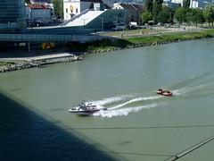 Spaß auf der Donau in Linz, Oberösterreich, Austria (bayernernst) Tags: 2009 juni 16062009 sn204578 österreich austria oberösterreich upperaustria linz wasser donau danube fun boot sportboot motorboot donauradwanderweg wassersport kontrast rot