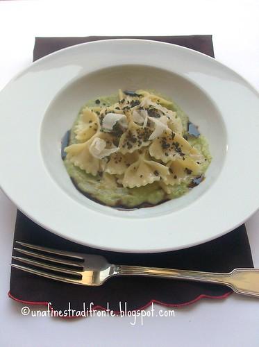 Farfalle al grana su crema di zucchine, carbone di olive e note di vino cotto