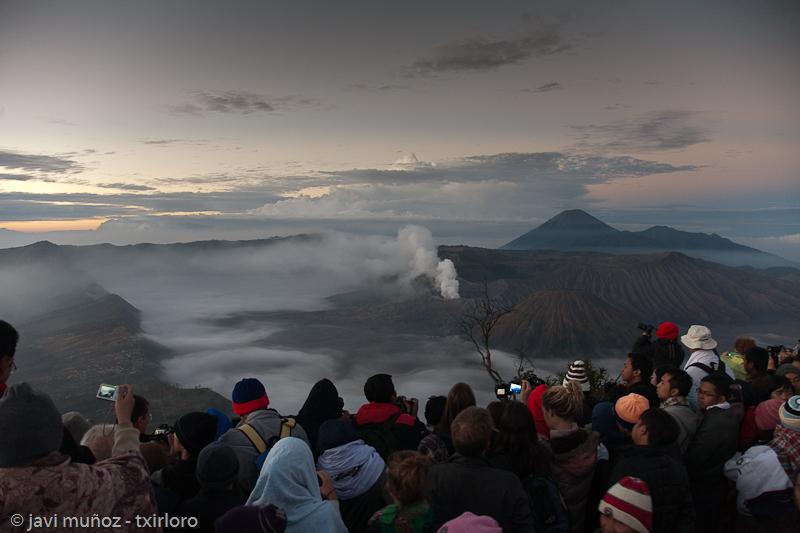 Multitud de turistas esperando el amanecer