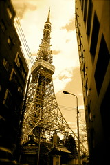 Shinko-In at the feet of Tokyo Tower (only1tanuki) Tags: japan tokyo 10 日本 tokyotower 東京タワー 東京都 港区 minatoward 平成21年 心光院 shinkoin