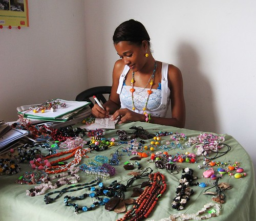 Joven artesana de Sabana de la Mar, en su taller. jpg