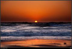 una pareja feliz (soybuscador) Tags: sea espaa sol sunrise mar spain waves 150 arena amanecer ibiza 80 naranja olas 2009 193 399 aguasblancas soybuscadorgmailcom