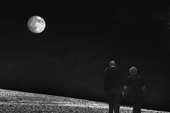 Fly me to the Moon / Llvame a la Luna (Manuel Atienzar) Tags: moon love landscape couple pareja amor paisaje luna
