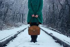 [フリー画像] [人物写真] [女性ポートレイト] [コート] [鞄/バッグ] [雪景色] [粉雪] [線路/鉄道]    [フリー素材]