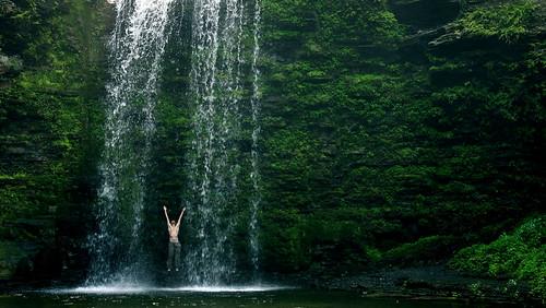 フリー画像| 人物写真| 一般ポートレイト| 跳ぶ/ジャンプ| 滝の風景| 緑色/グリーン|      フリー素材|