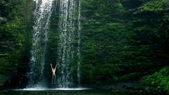 [フリー画像] [人物写真] [一般ポートレイト] [跳ぶ/ジャンプ] [滝の風景] [緑色/グリーン]      [フリー素材]