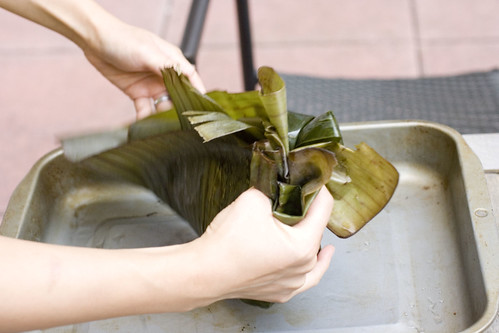 wrapping flounder with banana leaves 6
