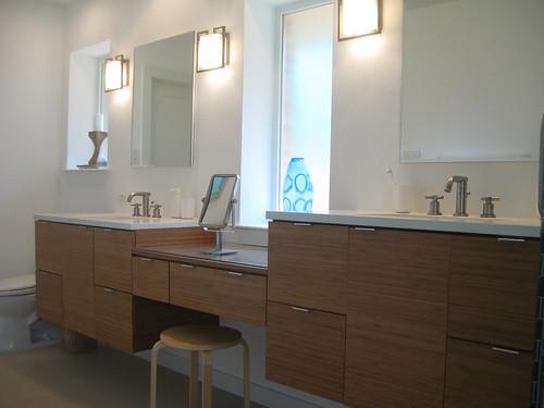 Nowoczesna łazienka w stonowanych kolorach, z wieloma szafkami