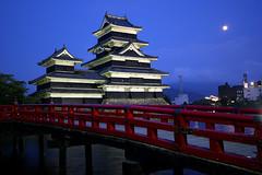 [フリー画像] 建築・建造物, 宮殿・城, 夜景, 月, 日本, 長野県, 201007191300
