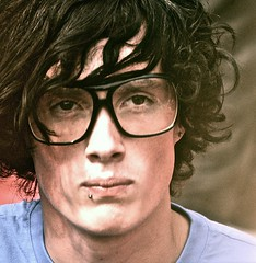 Big glasses (edwindejongh) Tags: portrait guy face glasses piercing portret blik bril har telezoom bigglasses jongen onbekende faceinthecrowd sonyalpha700 fotografieedwindejongh grotebril halfkrullend