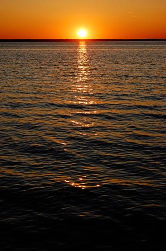 229b:365太阳落在水面上