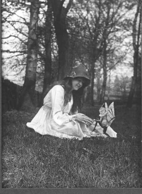 Delicieux In July Of 1917, Teenage Cousins Elsie Wright And Frances Griffiths Took  Two Photographs   The First Of Frances With A Group Of Fairies, ...