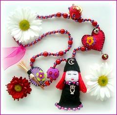 Amiga bruxinha (Lidia Luz) Tags: necklace beads handmade crochet jewelry felt bijoux bijuteria feltro amigurumi colar itch bruxa bijouteria croch lidialuz