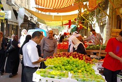 Amman, the souq (guido camici) Tags: pentax pentaxk10d sigma sigmalenses sigma1770mmf2845dcmacro giordania jordan amman souq suq souk suk men uomini donne women ritratti portrait street strada streetphotographs fotodistrada keffia kaffiah cuffìa chador meddleeast mediooriente fruit frutta vegetable verdura bazar vitadistrada