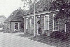 vrnl: De woningen van de fam. Wijchman (zie 14) en de fam. Oosting (zie 15)