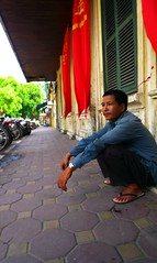 (t3mujin) Tags: street travel people man waiting asia vietnam hanoi indochina việtnam lx3