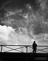 Seul pour assister  la chute des mondes (- FREDERIC MARS -) Tags: friends shadow white black berlin wall germany noir north ombre next tribute alive hommage shame amis mur allemagne blanc nord core envie prochain honte 09111989 kora