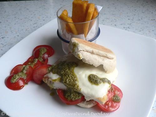 Italienisch angehauchte Hähnchenburger mit Chips