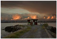Abandono (un mar en calma) Tags: españa verde blanco rojo pentax ciudad cielo nubes fondo cantabria piedras abandono caseta espigon pontejos k10d pentaxk10d bahiadesantander