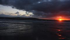 SINFONIA EN ESTEREO. PUNTA DEL ESTE. URUGUAY. (tupacarballo) Tags: sunset sol azul canon contraluz uruguay atardecer mar nubes olas reflejos maldonado puntadeleste naranjo oceanoatlantico isladegorriti tupacarballo