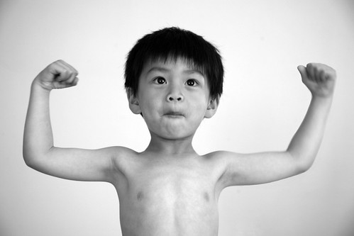 フリー画像| 人物写真| 子供ポートレイト| 少年/男の子| ガッツポーズ| モノクロ写真|      フリー素材|