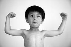 [フリー画像] [人物写真] [子供ポートレイト] [少年/男の子] [ガッツポーズ] [モノクロ写真]      [フリー素材]