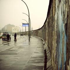 Partly Cloudy (Alberto Sen (www.albertosen.es)) Tags: berlin muro rain fog germany de nikon die cloudy alemania niebla mauer partly koyaanisqatsi nuboso d80 albertorg