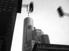 rasant (fzinner) Tags: speed hessen frankfurt main verkehr ampel mainhatten hochhaus wolkenkratzer froschperspektive maintower geschwindigkeit hochhuser landesbank huserschlucht huserschluchten