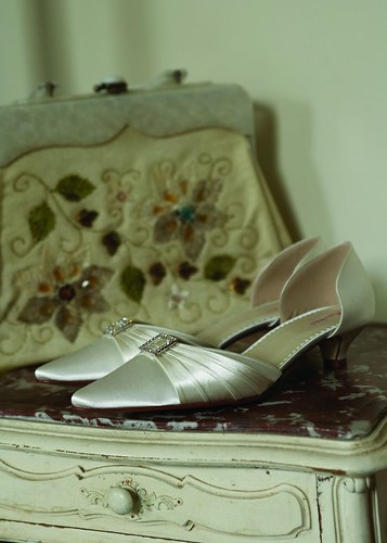 Design of low-heeled wedding shoes.
