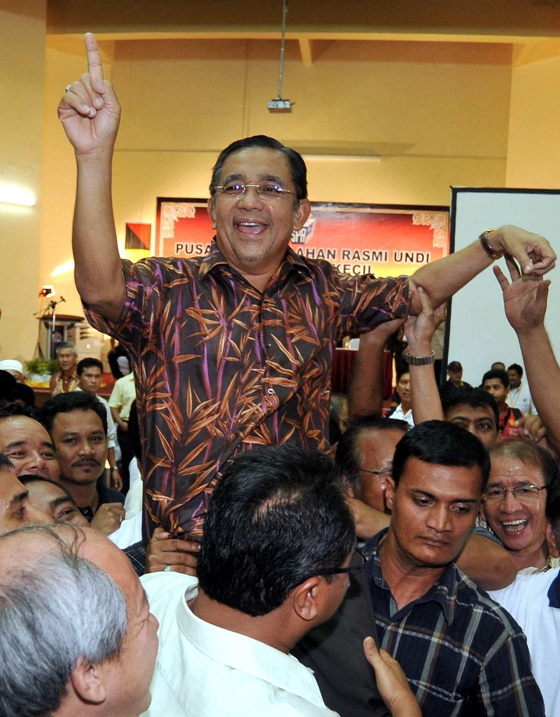 PORT DICKSON 11/10/09 - Calon Barisan Nasional Tan Sri Mohd Isa Samad meraikan kemenangan bersama penyokong di Pusat Perjumlahan Undi Dewan MPPD pada Pilihanraya Kecil DUN Bagan Pinang. - Gambar oleh OSMAN ADNAN