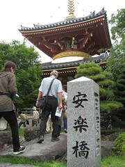 安楽橋を渡る(安楽寺)