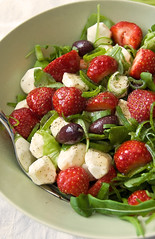 Strawberry-mozzarella salad / mansikka-mozzarellasalaatti