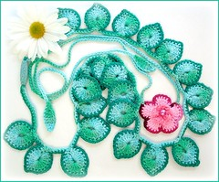 A flor e as folhas (Lidia Luz) Tags: flower necklace leaf handmade crochet flor jewelry bijoux bijuteria lariat folha colar cordo bijouteria croch lidialuz