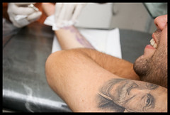 tattoo nova! (Abraho Filho) Tags: portrait eye art tattoo mouth beard arte arm skin retrato albert einstein gray brao olho boca barba realismo pele realism tatuagem brack luva realista saulotattoo