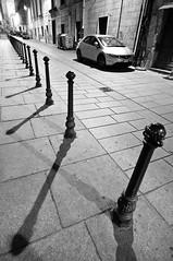 Luci, paletti e ombre... (Rob McFrey) Tags: sardegna street old bw italy white elephant black tower castle history car lens nikon europa europe strada italia sardinia universit wideangle center ombre rob tokina via e historical luci 12mm roberto nikkor castello bianco nero 1224mm f4 cagliari 1224 1600iso d90 paletti tokinaaf1224mmf4 dxii mcfrey defraia