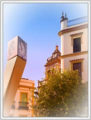 Sous le regard de l'horloge (GilDays) Tags: andalousie andalusia andalucia anda0915 espagne espana españa spain seville séville sevilla nikon nikond810 d810 maison house horloge clock jaune yellow fenêtre window arbre tree vert green volet shutter bleu blue