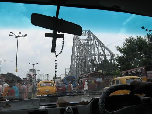 De drukke, oude brug