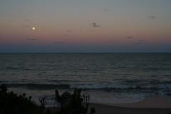 cegos do castelo... (Fabiana Velôso) Tags: praia água lua ondas luar nascer fimdetarde contemplação fabianavelôso marareia
