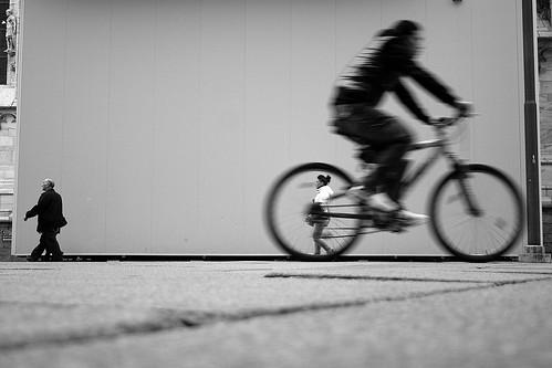 (Donato Buccella / sibemolle) street people italy motion blur bike bicycle angle candid milano low streetphotography duomo bicicletta canon400d sibemolle losoilmioobiettivofaschifoguardachedeformazioni voglioungrandangolocomesideve lapotevoraddrizzareconphotoshopveromanonmisembragiustosbagliatoboh bofpersonalmentemipiacecossenzaliftingdaps fotografiastradale