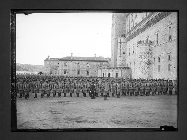 Tropas de la Academia reciben a Raymond Poincaré y Alfonso XIII en 1913 en el Alcázar. Fotografía de Charles Chusseau-Flaviens. Copyright © George Eastman House, Rochester, NY