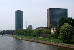 Frankfurt, Westhafen-Tower und MainForum (HEN-Magonza) Tags: frankfurt westhafentower geripptes mainforum hochhaus highrisebuilding main gutleutviertel hessen hesse deutschland germany wolkenkratzer skyscraper