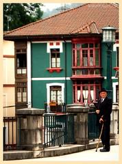 Callejeros (Alfilmorado) Tags: españa town spain pueblo asturias mirar anciano mirada hombre homme robada asturies figura navas ancianu