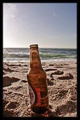 "Momento ""perfecto"" (InVa10) Tags: light sea sky españa brown sun sol beach portugal beer azul canon eos mar bottle spain sand waves cerveza traces playa arena badajoz cielo cerveja 450 olas botella meco huellas sagres maron extremadura inva 450d blueluz"